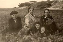 # 1950 - Famille Philippe LANDRIEU (261). 2° rang : ? - Laure MATHIEU-LANDRIEU (x 261) - Anne-Marie DUPONT (211) 1° rang : Mireille LANDRIEU (2611) - Pierrette LANDRIEU (2612)
