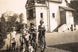 """1935 - A """"La Vigie"""" : Nicole (1712), Bernard (1711), Jacqueline LANDRIEU (1731) et Françoise PADIEU (5341/1721)"""