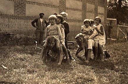 """1935 au """"Grand-Logis"""" : ?, ?, Jacqueline, ?, Nicole, Bernard, Françoise, ?, ?, ? = famille Fouet (ouvrier de la ferme)"""