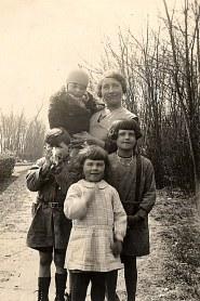 """1935 - A """"La Vigie"""" : Max dans les bras d'Henriette, Bernard, Jacqueline, Nicole LANDRIEU"""