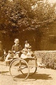 Juillet 1934 - Bernard, Nicole et Jacqueline LANDRIEU dans une charrette