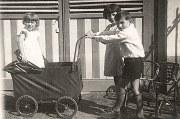 """1935 - A """"L'Alouette"""", devant le garage : Nicole, Jacqueline et Bernard LANDRIEU"""