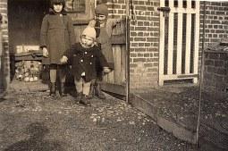 """Février 1935 - A """"La Vigie"""", la basse-cour : Jacqueline, Max et Bernard LANDRIEU"""