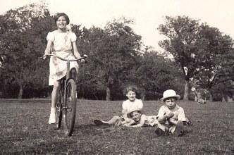 # 1939 - Jacqueline LANDRIEU (1731), Nicole LANDRIEU (1712), Gérard POUPART, Max LANDRIEU (1713)