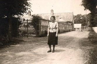 """Juin 1940 - Devant """"La Vierge"""", des réfugiés ; Melle Bastien"""