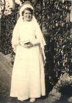 "1941 - Dans le jardin de ""La Vierge"" - Communion de Nicole LANDRIEU (1712)"