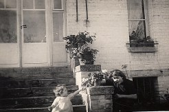 """Juin 1943 - Anne-Marie (1714) et Nicole LANDRIEU (1712) sur les marches de la véranda à """"La Vigie"""""""