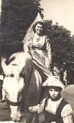 1948 - Nicole (1712) déguisée en Anne de Beaujeu lors d'un défilé historique, à Rue