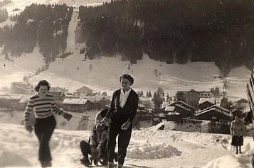 """Janvier 1951 - Remontée """"La Sauvageonne""""; Nicole et Monique POYER - Au fond Morzine"""