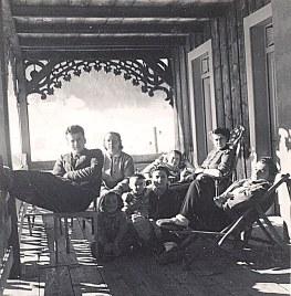 Janvier 1951 à Morzine - Sur le balcon