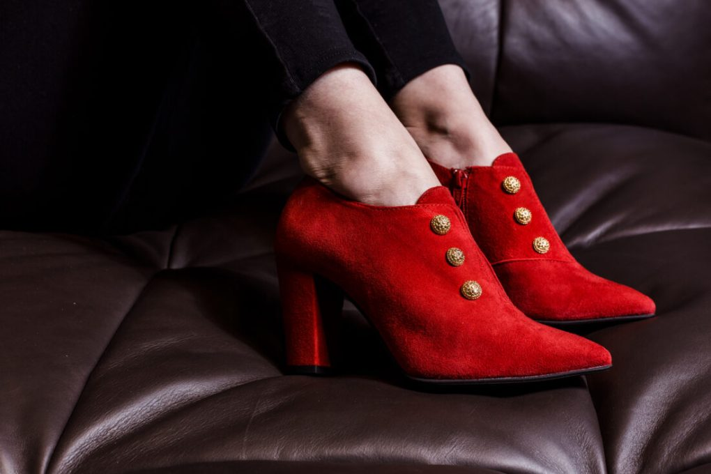 zapato abotinado rojo mujer