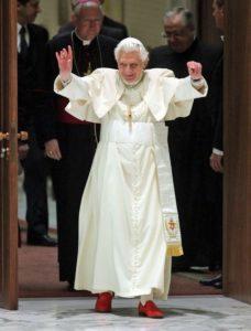 Papa benedicto con zapatos rojos