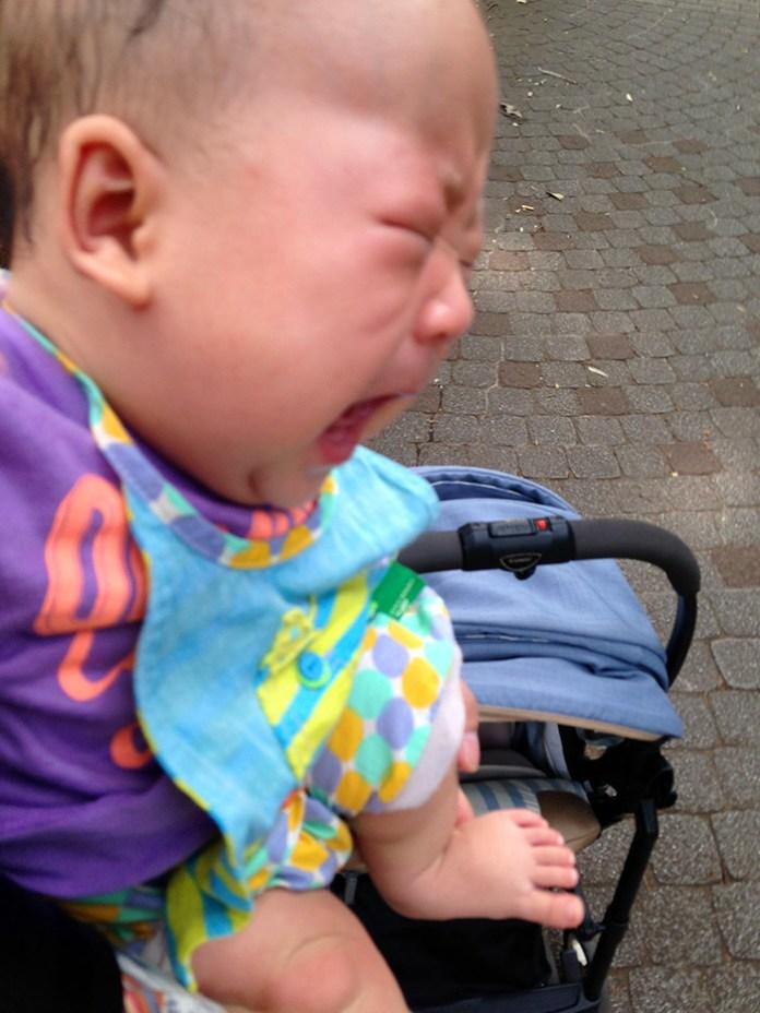 ギャン泣きの赤ちゃんを抱っこ。