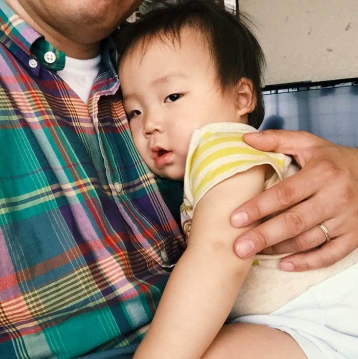 父に抱かれて寝るのは珍しいので、不安を感じました。