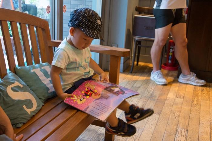 駒沢公園となりのフレッシュネスバーガーで、アンパンマンの絵本を読む鼓太郎