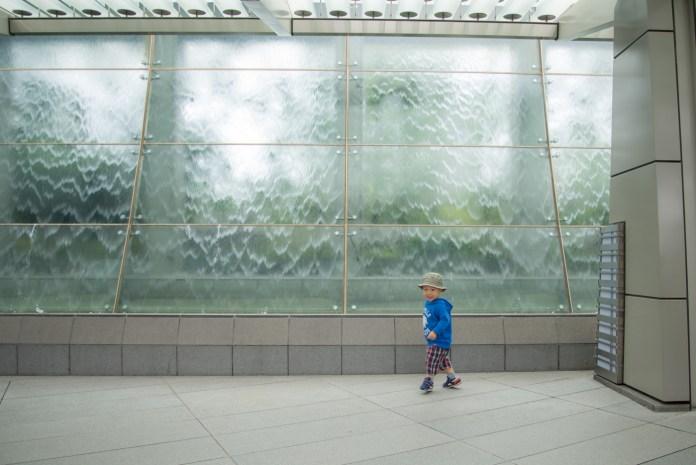六本木ヒルズの滝の壁で遊ぶ息子、2歳半