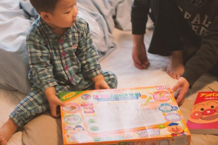 朝起きたら枕元に! (2歳クリスマスプレゼント、アンパンマン大図鑑とアンパンマン天才脳らくがき教室)