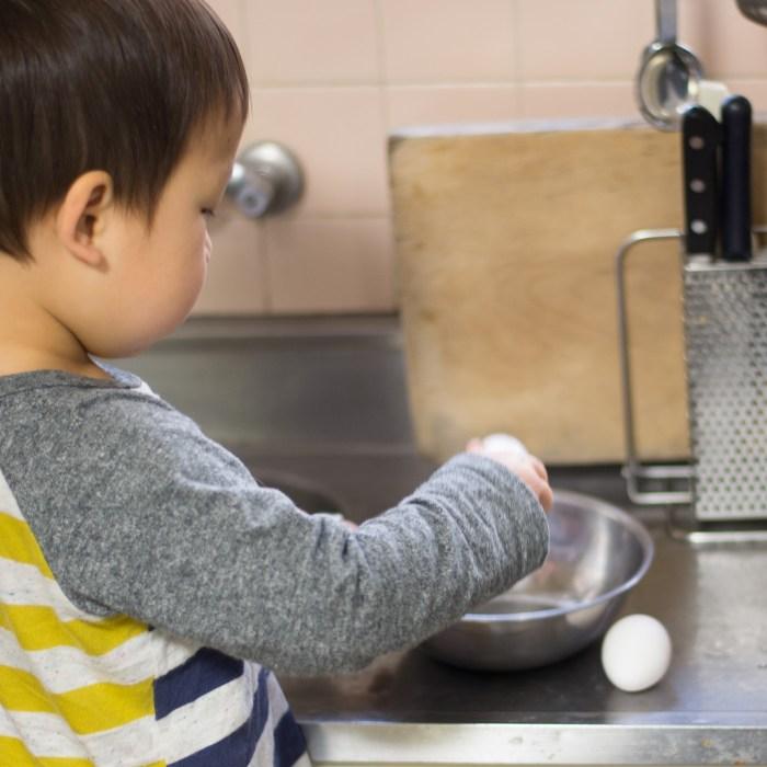 2歳の料理「フレンチトースト」たまごをボウルで割ります