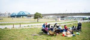 多摩川の河川敷でバーベキュー