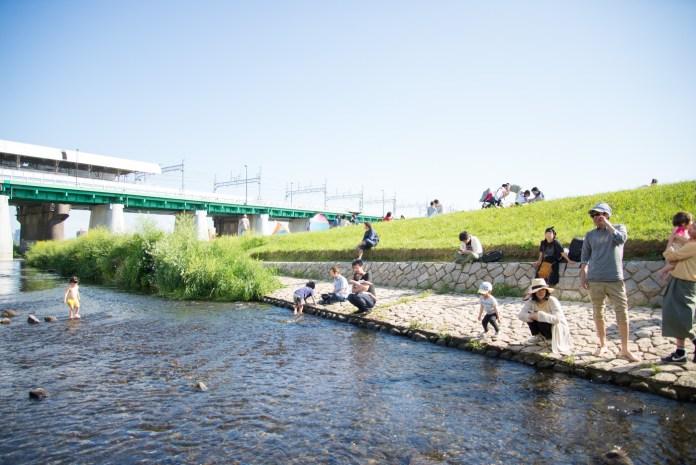 多摩川で水遊びする子供