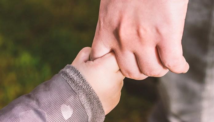 パパと子、手をつなぐ