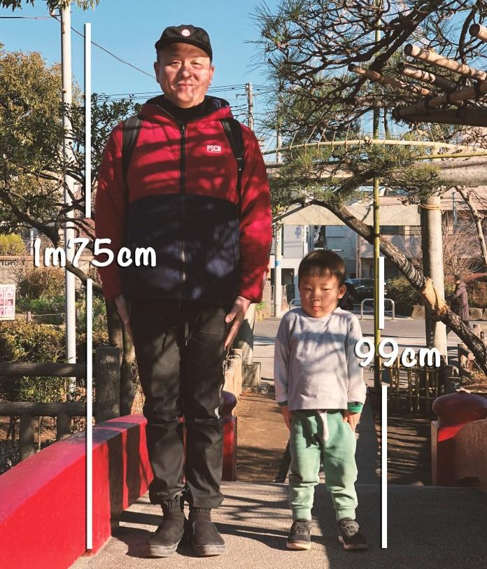 父親と息子(3歳)が背比べ