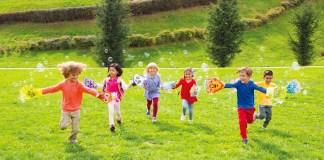 グローブ ア バブル(Glove-A-Bubbles)をつけて走る子ども達