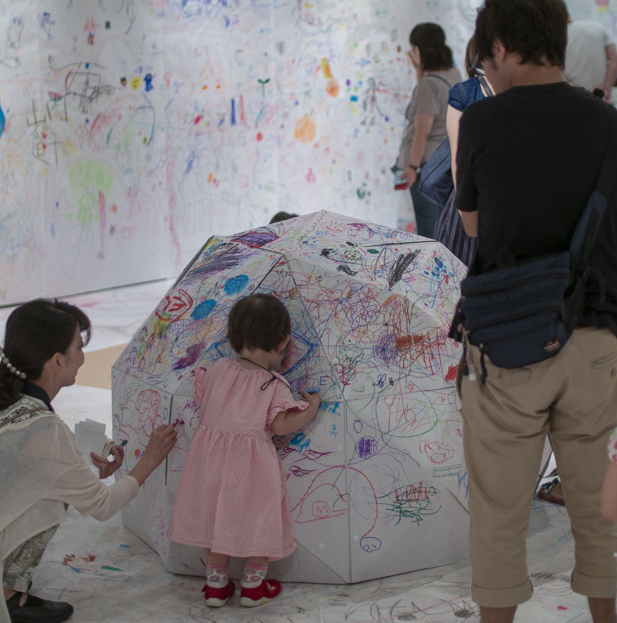 堺市立東文化会館で開催中の「らくがきパラダイス」でペーパードームの「らくがきドーム」が活躍中