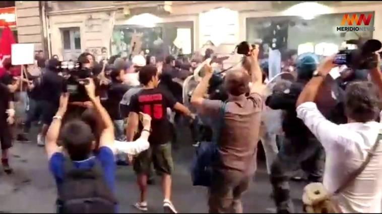 A Catania la polizia bastona un gruppo di manifestanti anti- Renzi