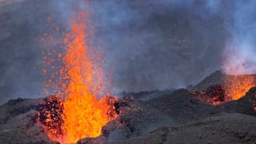 La lava del Piton de la Fournaise fotografata l'1 agosto 2015 (AP Photo/Ben Curtis)