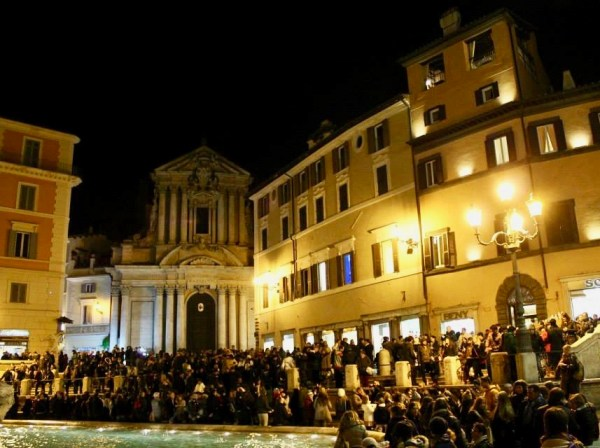 Trevi Fountain crowd