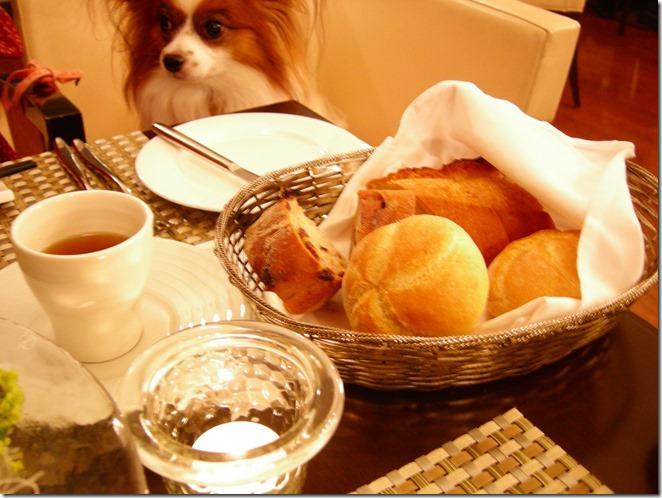 松茸のコンソメスープと食べ放題のパン