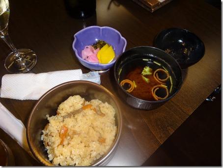 しぶごえ館山の夕食五目御飯とみそ汁と漬物