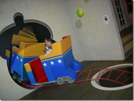 トリックアートのトロッコに妻と乗車する我が家の愛犬パピヨンのアリア