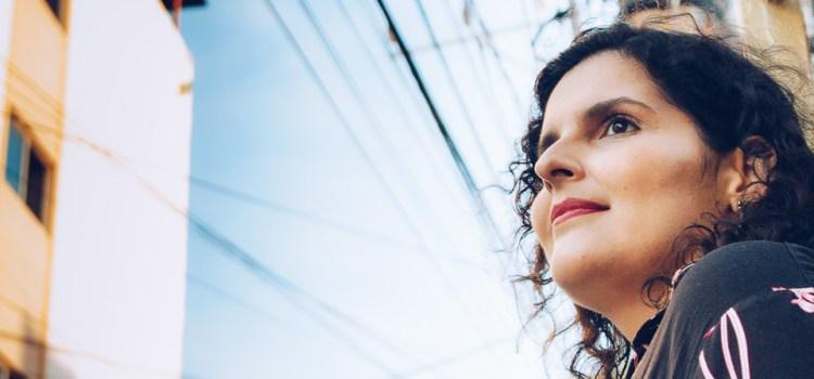 Marina Rabelo lança livro de poemas e escancara o amor das relações familiares