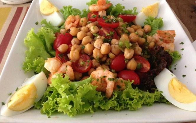 Salada de grão de bico com camarão