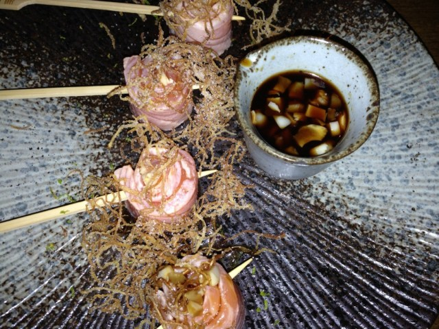 Espeto de Salmon com vinagrete de Lichia e gengibre crocante