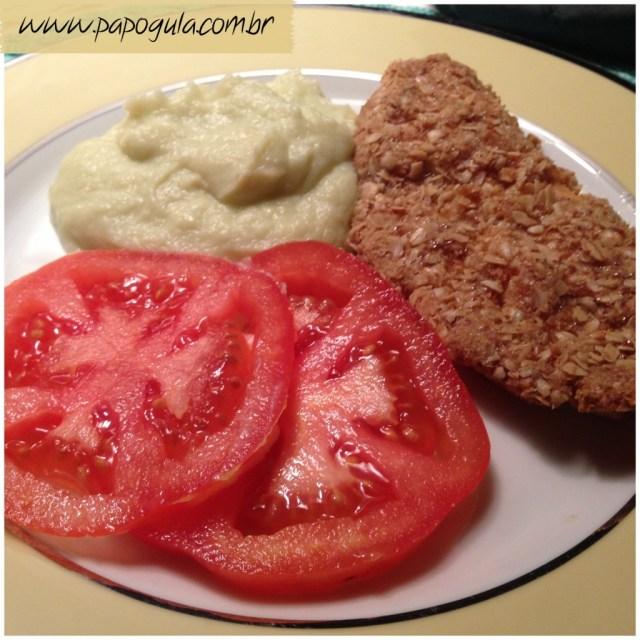 Frango empanado acompanhado de purê de couve flor e rodelas de tomate