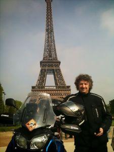 Juste avant le départ, devant la Tour Eiffel