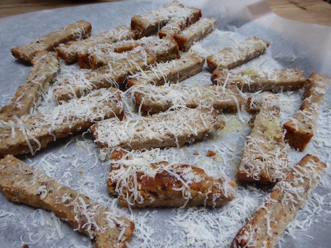 Dryss revet parmesan over