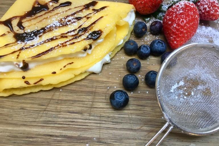 Glutenfrie crêpes med krem, bær, nøtter og sjokolade