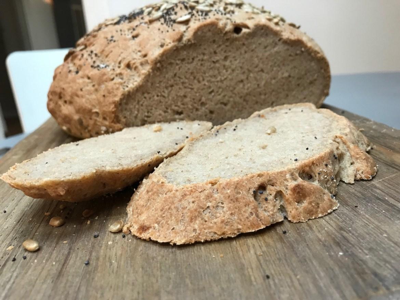 grovt, glutenfrie landbrød med surmelk