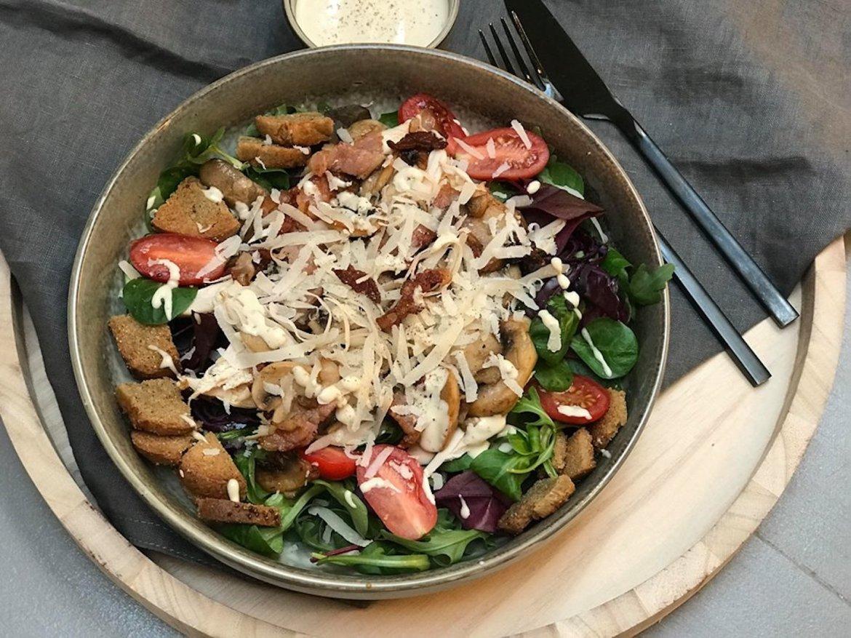 Kyllingsaat med sopp, bacon, parmesan og glutenfrie krutonger