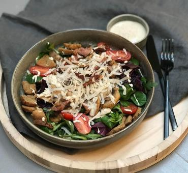 Kyllingsalat med sopp, bacon, parmesan & krutonger