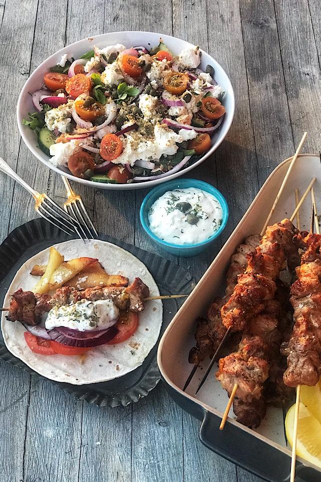 Souvlaki, gresk salat og tzatsiki.