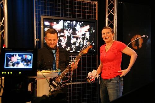 Tester Rockband med boksehanske og hjemmelaget kontroll