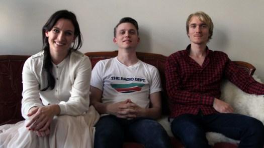 Marte, Lars Christian og Morten hjemme i sofaen. (Foto: Katrine Opdahl, NRK P3)