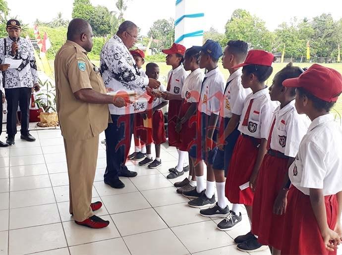 Bupati Samsudin Anggiluli menyerahkan hadiah sebagai bentuk motivasi bagi anak-anak. PbP/EA