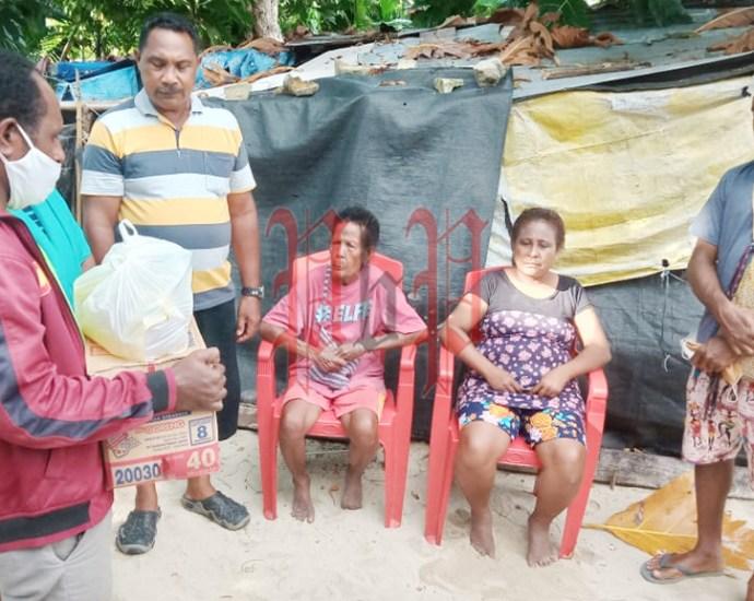Penyerahan Bantuan oleh Pemuda Klasis Sorong kepada warga Tanjung Kasuari Distrik Maladumes, Minggu (21/5). PbP/JEF