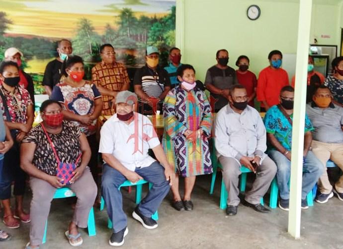 Keluarga Besar Kampung Jitmau di Sorong saat menggelar pertemuan untuk menindak lanjuti proses hukum oknum pelaku pencemaran nama baik Walikota Sorong, Minggu (31/5). PbP/JEF